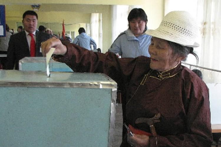 Une femme dépose son bulletin de vote dans... (Photo: AP)