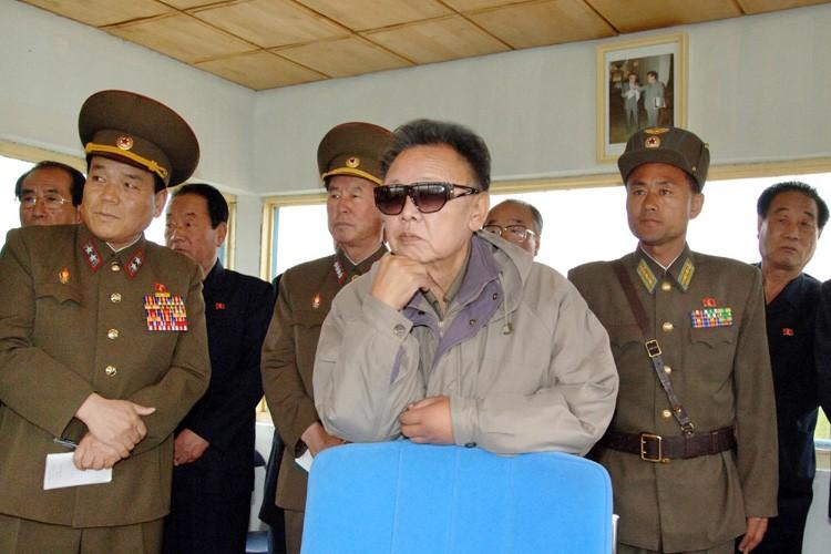 Le leader nord-coréen Kim Jong Il entouré de... (Photo: AFP)
