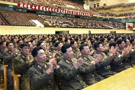 Des soldats nord-coréens sont rassemblés dans un gymnase... (Photo: Reuters)