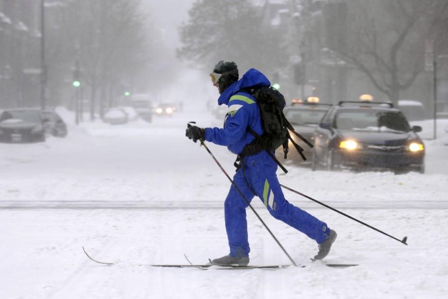 Un skieur profite d'une tempête de neige tardive... (Archives La Presse)