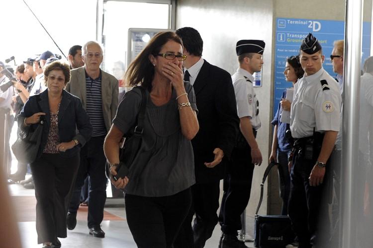 Des parents et amis de passagers du vol... (Photo: Reuters)