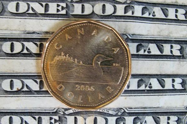 Le dollar canadien a plongé de plus d'un cent en moins de 30... (Photo: PC)