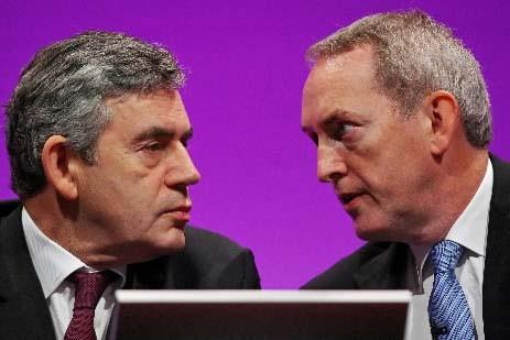 Gordon Brown discute avec John Hutton, qui était... (Photo AFP)