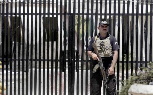 Un policier pakistanais est posté devant son poste... (Photo AP)