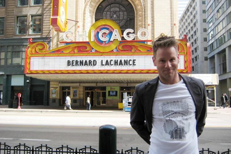 Bernard Lachance devant le Chicago Theatre.... (Photo fournie par l'artiste)