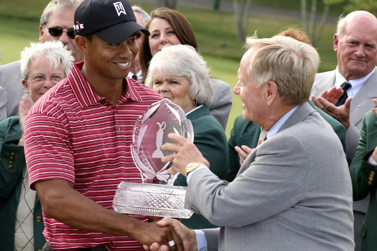 Tiger Woods reçoit le trophée des mains de... (Photo: AP)