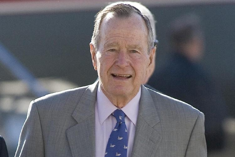 George Bush père... (Photo: AFP)