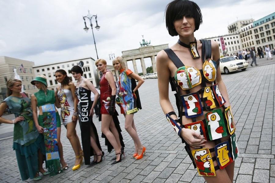 Des mannequins présentent la nouvelle collection du styliste... (Photo: AP)