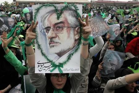Des manifestants donnent leur appui au candidat Moussavi,... (Photo: AFP)