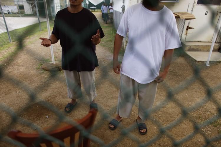 Deux détenus de Guantanamo, un jeune homme à la double... (Photo: AFP)