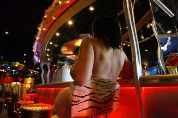 Une prostitué dans un bar en Allemagne... (Photo AFP)