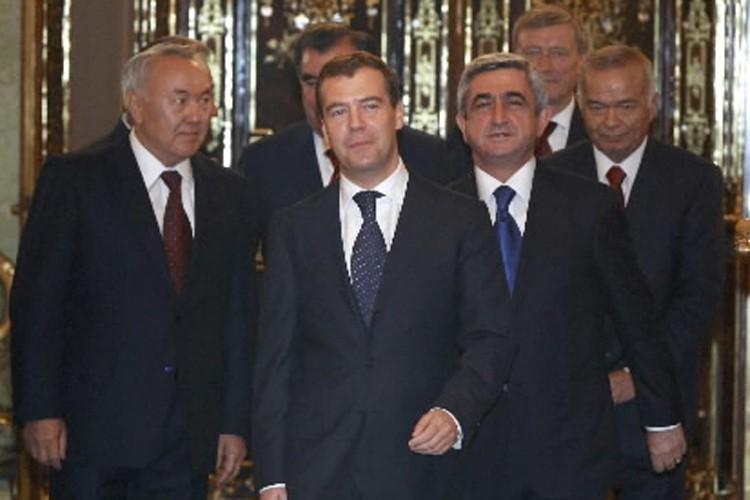 Le président russe Dmitri Medvedev (au centre), entouré... (Photo: Reuters)