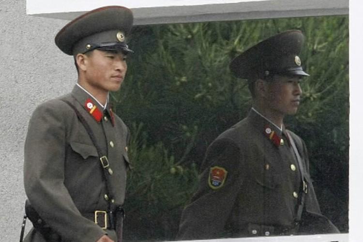 Un soldat nord-coréen patrouille à la frontière avec... (Photo: AP)