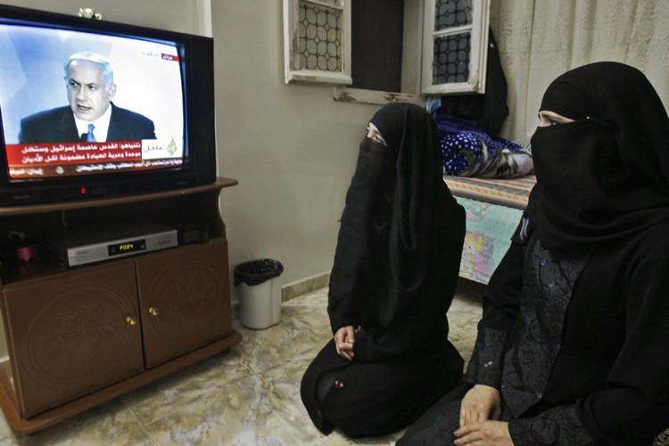 Deux Palestiniennes regardent le discours de Benjamin Nétanyahou... (Photo: AP)
