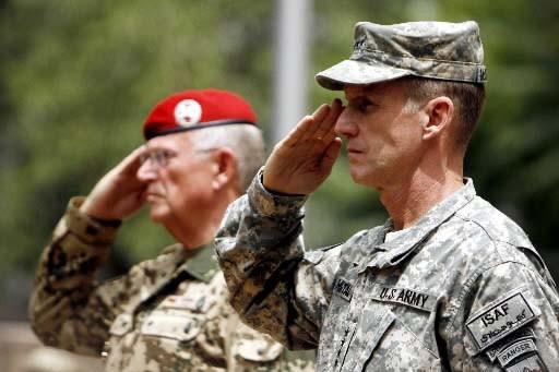 À l'avant-plan, le nouveau commandant des forces internationales... (Photo Reuters)