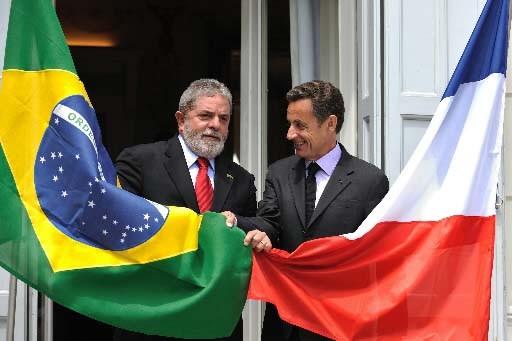 Les présidents da Silva et Sarkozy devant l'ambassade... (Photo AFP)