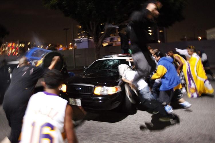 Des voitures de police ont été vandalisées.... (Photo: AFP)