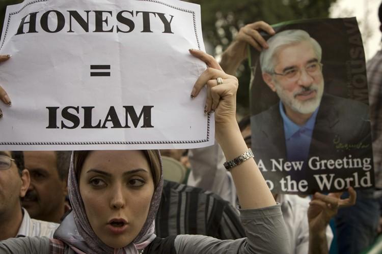 Des milliers partisans d'Hossein Moussavi ont manifesté pour... (Photo: Reuters)
