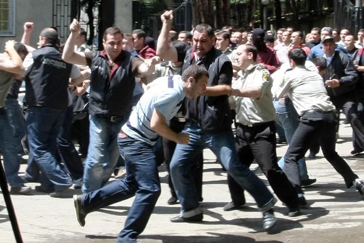 Affrontements entre des policiers géorgiens et des manifestants... (Photo: AFP)