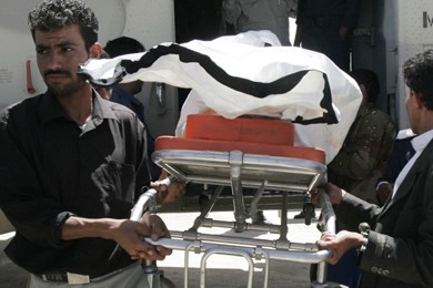 Des travailleurs de la santé et des soldats... (Photo: AP)