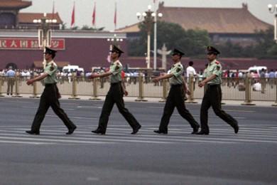 Des policiers chinois patrouillent dans le secteur de... (Photo: AFP)