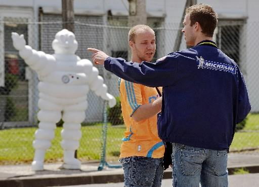 Des employés discutent devant l'usine de Noyelles-les-Seclin, dans... (AFP)