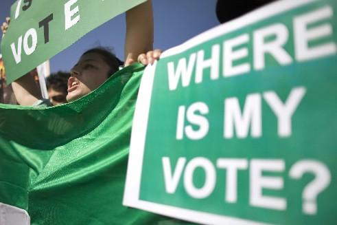 Des partisans du candidat défait Mir Hossein Moussavi.... (Photo: Reuters)