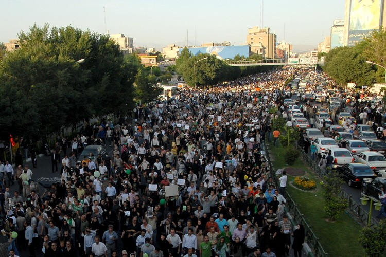 L'opposition a continué à défier le pouvoir mercredi en Iran,... (Photo: Reuters)