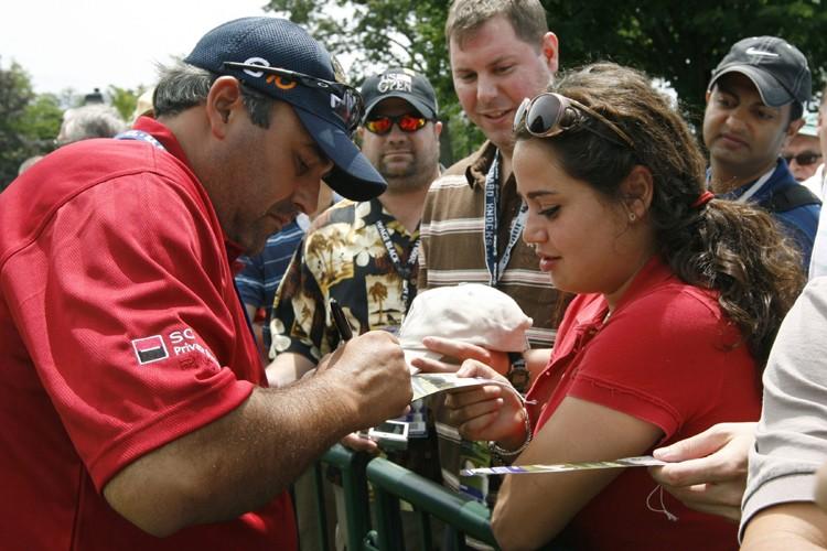Angel Cabrera a signé des autographes après sa... (Photo: Reuters)