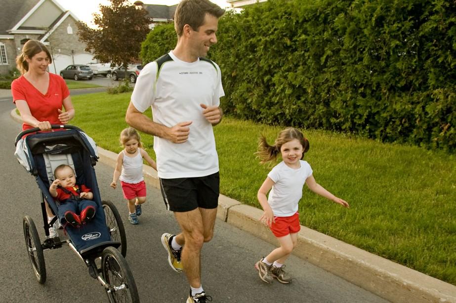 Mathieu Grondin, sa conjointe Isabelle et leurs enfants... (Photo: David Boily, La Presse)