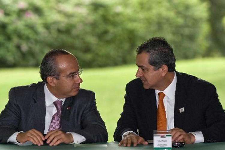 Le président mexicain, Felipe Calderon (à gauche) et... (Photo: AFP)