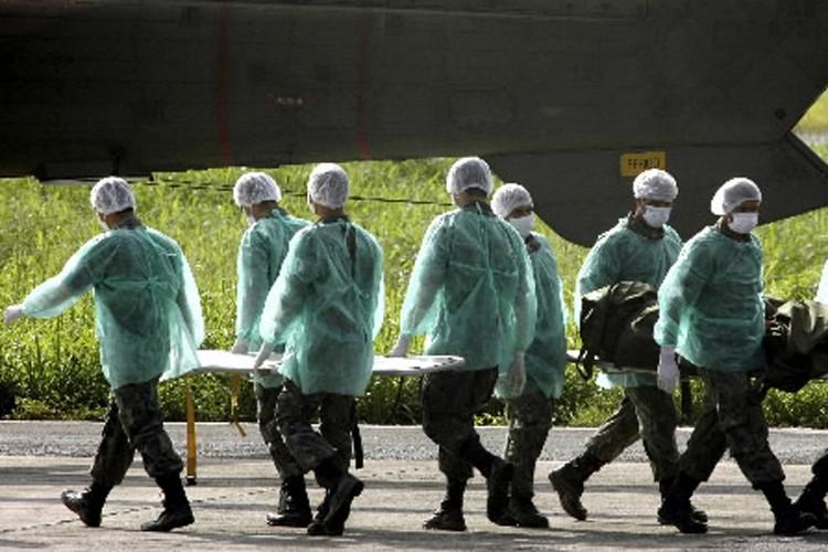 Des soldats brésiliens transportent les corps qui ont... (Photo: Reuters)