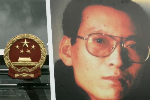 Une affiche montrant le dissident chinois Liu Xiaobo.... (Photo Reuters)