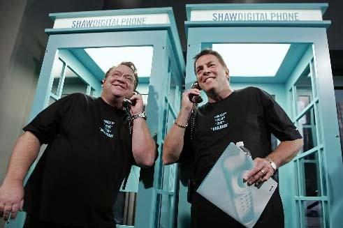 Le PDG de Shaw communications (à gauche), Jim Shaw,... (Photo fournie par Shaw Communications)