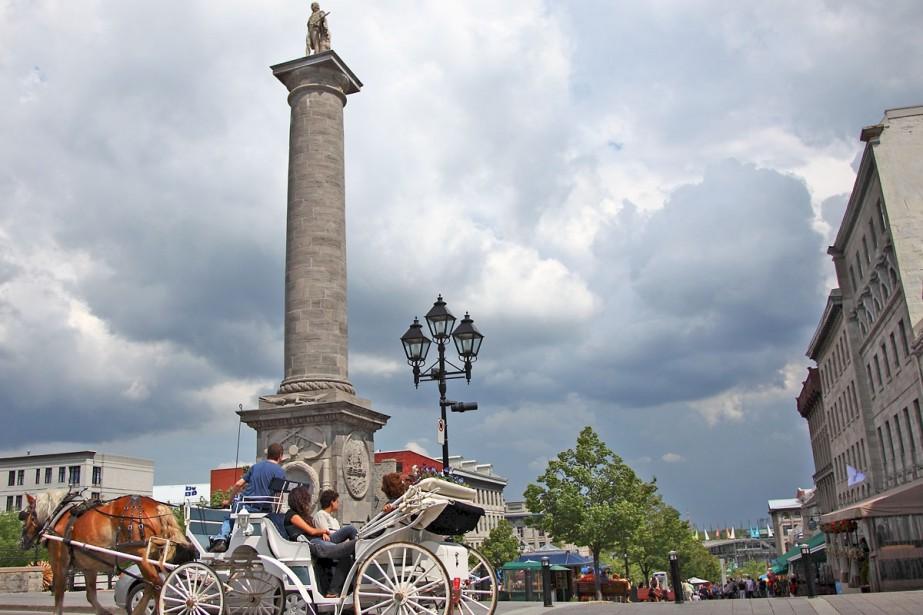 Une calèche passe devant la Place Jacques Cartier.... (Photo David Boily, La Presse)