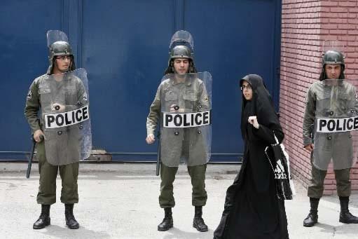 Des soldats montent la garde devant l'ambassade britannique... (Photo AP)