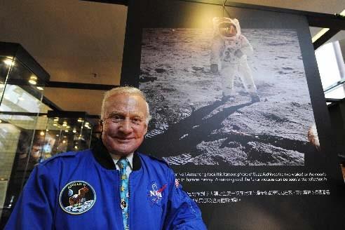Buzz Aldrin prend la pose devant la fameuse... (Photo AFP)