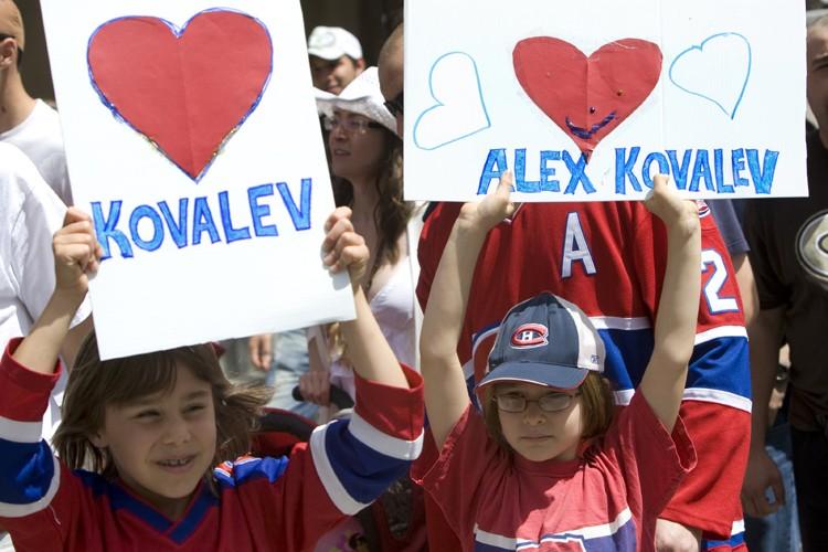 Les fans d'Alex Kovalev étaient nombreux aux abords... (Photo: Robert Skinner, La Presse)