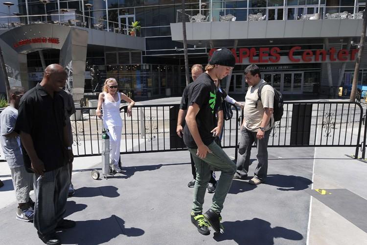 Un fan de Michael Jackson exécute un «moonwalk»... (Photo: AFP)