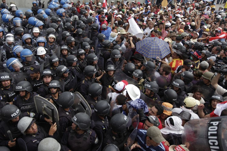De violents affrontements ont éclaté entre les policiers... (Photo: Reuters)