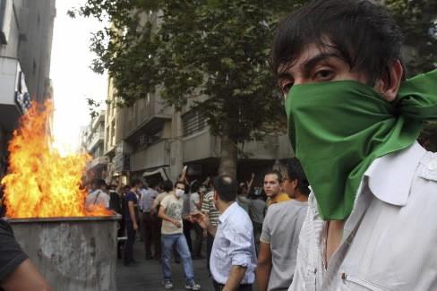 Des petits groupes de protestataires iraniens ont bravé... (Photo: Reuters)