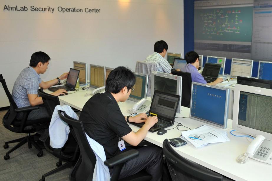Des spécialistes de la sécurité informatique enquêtent sur... (Photo: AFP)
