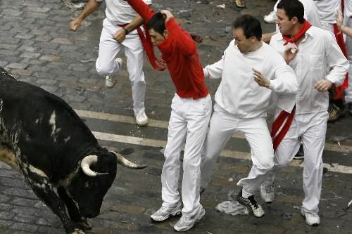 Des Espagnoles participent au lâcher de taureaux des... (Photo: AP)