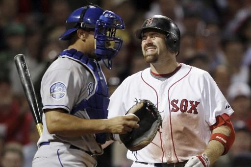Kevin Youkilis réagit après avoir été retiré au... (Photo AP)