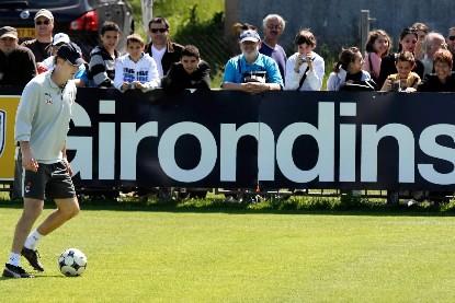L'entraîneur des Girondins, Laurent Blanc, dribble avec un... (Photo AFP)