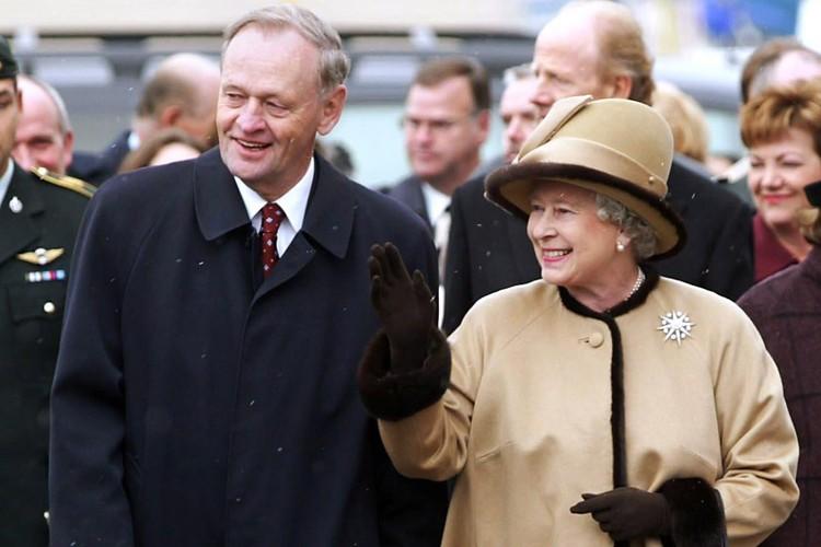 Jean Chrétien et la reine Élisabeth II... (Photo: Reuters)