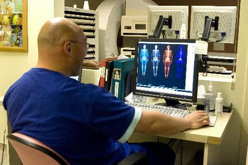 Un technicien en médecine nucléaire analyse le résultat... (Photo Chris Young, archives Presse Canadienne)
