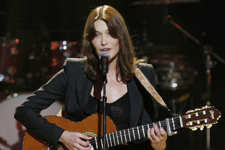 Carla Bruni-Sarkozy a interprété son succès Quelqu'un m'a... (Photo: Reuters)