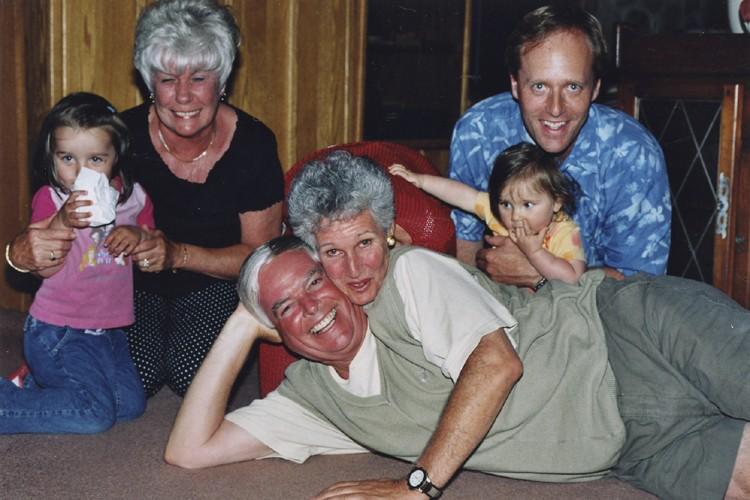Earl Jones, au centre, sa femme, Maxine, à... (Photo fournie par la famille Nelles)