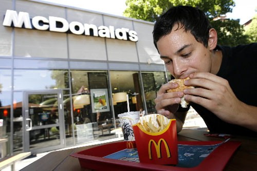 Un homme mange du McDonald's... (Photo: Bloomberg News)